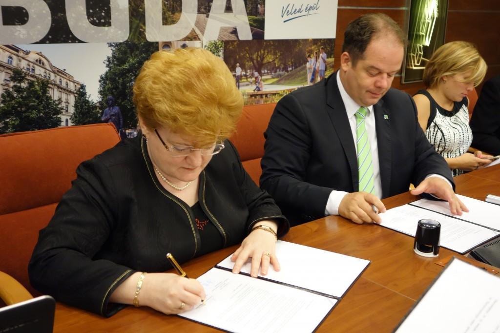 Szalai Piroska, a BVK kuratóriumi elnöke és Hoffmann Tamás, Újbuda polgármestere aláírja az együttműködési megállapodást.