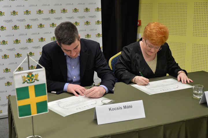 Kocsis-Máté-Szalai-Piroska-aláírás